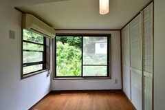 専有部の様子3。窓の外は圧倒的な緑。(203号室)(2018-05-12,専有部,ROOM,2F)
