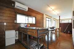キッチンの作業テーブルとして使えるワゴンはオーダーメイドです。(2011-06-13,共用部,LIVINGROOM,1F)