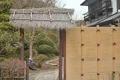 藁葺き屋根の入り口をくぐります。(2015-01-28,共用部,OTHER,1F)