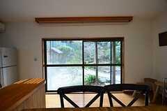 掃き出し窓からは庭に出られます。(2015-01-28,共用部,LIVINGROOM,1F)