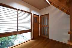 廊下の様子。左手のドアがトイレ、右手のドアが102号室です。(2015-01-28,共用部,OTHER,1F)