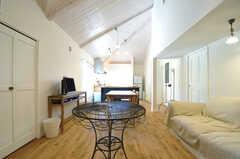 リビングの様子3。奥がキッチンです。(2013-03-12,共用部,LIVINGROOM,2F)