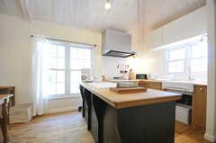 キッチンの様子。カウンターテーブルはゆったりとした幅です。(2013-03-12,共用部,KITCHEN,2F)