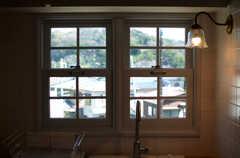 シンク上の窓の様子。(2013-03-12,共用部,KITCHEN,2F)