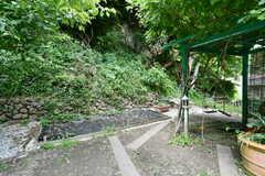 庭の一角には生ゴミを処理できるコンポストがあります。(2021-05-18,共用部,OTHER,1F)