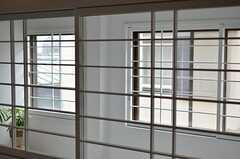 階段スペースとリビングを隔てるのは、紙のない障子。(2012-05-08,共用部,OTHER,2F)