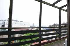 ベランダの様子。海が見えます。(202号室)(2012-05-08,専有部,ROOM,2F)