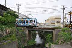 走る江ノ電。(2012-05-08,共用部,ENVIRONMENT,1F)