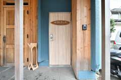 シェアハウスの玄関。ドアや柱には木材が使用されています。(2019-03-07,周辺環境,ENTRANCE,1F)