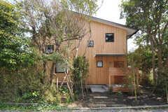 シェアハウスの外観2。木々に囲まれています。(2013-04-05,共用部,OUTLOOK,1F)
