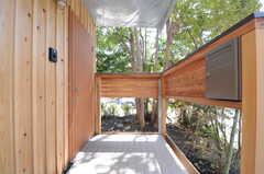 シェアハウスの正面玄関。右手にポストがあります。(2013-04-05,周辺環境,ENTRANCE,1F)