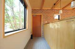 内部から見た玄関周辺の様子。(2013-04-05,周辺環境,ENTRANCE,1F)