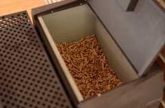燃料は木の欠片を固めたもの。(2013-04-05,共用部,LIVINGROOM,1F)