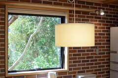 テーブル脇の窓の外は、グリーンに溢れています。(2013-04-05,共用部,LIVINGROOM,1F)