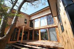 テラスに面した壁に窓を多く取り入れた設計です。(2013-04-05,共用部,OTHER,1F)