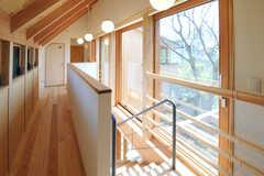廊下は窓に囲まれていて、とても明るいです。(2013-04-05,共用部,OTHER,2F)