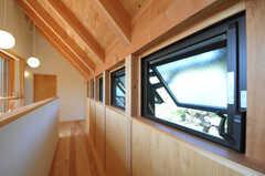 小窓が並んでいます。(2013-04-05,共用部,OTHER,2F)