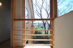 階段側の窓の一部は開閉可能です。(2013-04-05,共用部,OTHER,2F)
