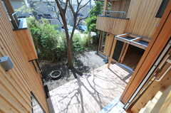 廊下から見た中庭の様子2。(2013-04-05,共用部,OTHER,2F)