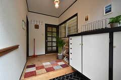 玄関から見た内部の様子。突き当たりのドアがリビングです。(2016-06-21,周辺環境,ENTRANCE,1F)
