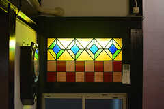 ステンドグラスの裏側に照明が仕込んであります。(2016-06-21,共用部,LIVINGROOM,1F)