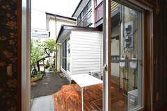 掃出し窓からはテラスにも出られます。(104号室)(2016-06-21,専有部,ROOM,1F)