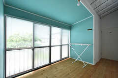 廊下の一角に洗濯物が干せるスペースが設けられています。(2016-06-21,共用部,OTHER,2F)