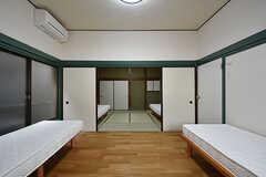 ドミトリーの様子。aとbのベッドが洋室側、cとdのベッドが和室側に設置されています。(202号室)(2016-06-21,専有部,ROOM,2F)