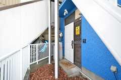 シェアハウスの玄関は建物の脇にあります。(2016-03-28,周辺環境,ENTRANCE,1F)