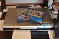 DVDも見られます。サーフィンをテーマにしたDVDも置いてあります。(2016-03-28,共用部,LIVINGROOM,1F)
