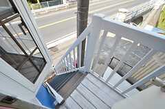 玄関の外は階段で、直接出入りも可能です。(202号室)(2016-03-28,専有部,ROOM,2F)
