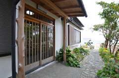 シェアハウスの玄関ドア。引き戸です。(2015-10-29,周辺環境,ENTRANCE,1F)