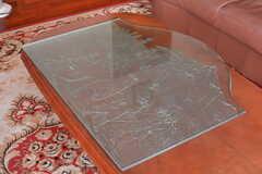 テーブルにはガラスのプレートが。(2015-10-29,共用部,LIVINGROOM,1F)
