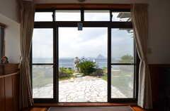 掃き出し窓から庭に出られます。海も見えます。(2015-10-29,共用部,LIVINGROOM,1F)