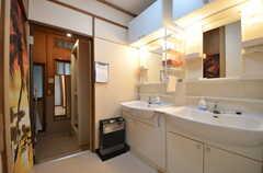 洗面スペースの奥に、シャワールームがあります。(2015-10-29,共用部,OTHER,1F)