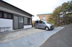 駐車スペースの様子。バイクも駐輪できます。(2015-10-29,共用部,GARAGE,2F)