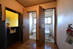トイレが2室並んでいます。(2019-12-12,共用部,WASHSTAND,2F)