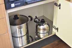 ガスコンロの下は共用の鍋やヤカンが収納されています。(A棟)(2016-11-30,共用部,KITCHEN,1F)