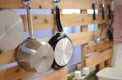 調理器具はフックに掛けられています。(2014-12-15,共用部,KITCHEN,1F)