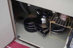シンク下の収納には調理器具が置かれています。(2014-12-15,共用部,KITCHEN,2F)