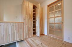 靴箱の様子。部屋ごとに扉1枚分のスペースが設けられています。(2014-03-24,周辺環境,ENTRANCE,1F)