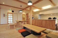 ダイニングの様子。手前に床座スペースもあります。(2014-03-24,共用部,LIVINGROOM,1F)