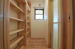 脱衣室の様子。棚は部屋ごとにスペースが区分けされています。(2014-03-24,共用部,BATH,1F)