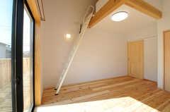 ロフトに上がる梯子の様子。(201号室)(2014-03-24,専有部,ROOM,2F)