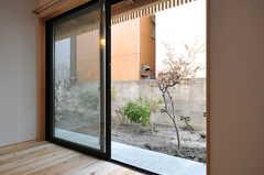 窓から庭に出られます。(102号室)(2014-03-24,専有部,ROOM,2F)