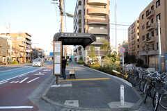 最寄のバス停(川崎駅行き)の様子。(2014-03-24,共用部,GARAGE,1F)