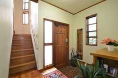 内部から見た玄関周りの様子。(2014-06-17,周辺環境,ENTRANCE,1F)