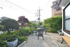 庭の様子3。ガーデンチェアが設置されています。(2014-06-17,共用部,OTHER,1F)
