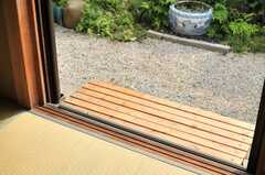 小さな縁側風のベンチが置かれています。(102号室)(2014-06-17,専有部,ROOM,1F)