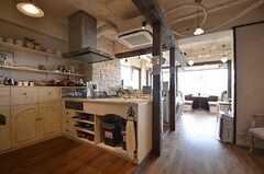 左にキッチン、正面にリビング、右にPCスペースがあります。(2014-05-27,共用部,LIVINGROOM,2F)